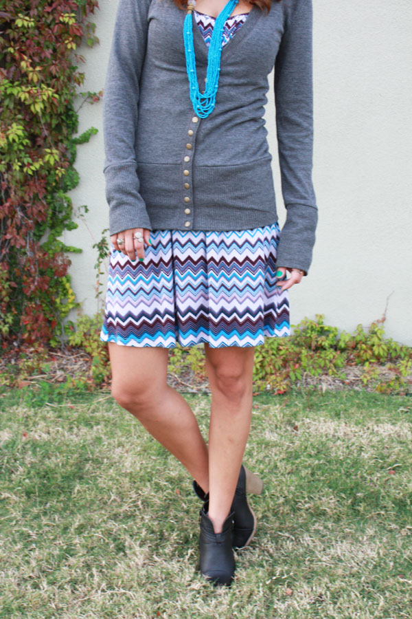 chevron-gray-sweater-ankleboots-necklace