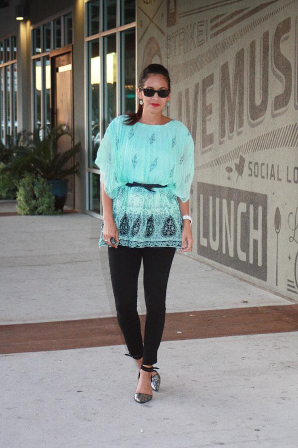 turquoise-shirt-blank-pants-metallic-heels