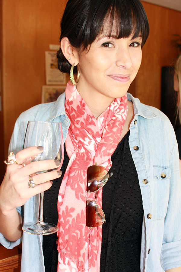 jean-shirt-scarf-wine-glass