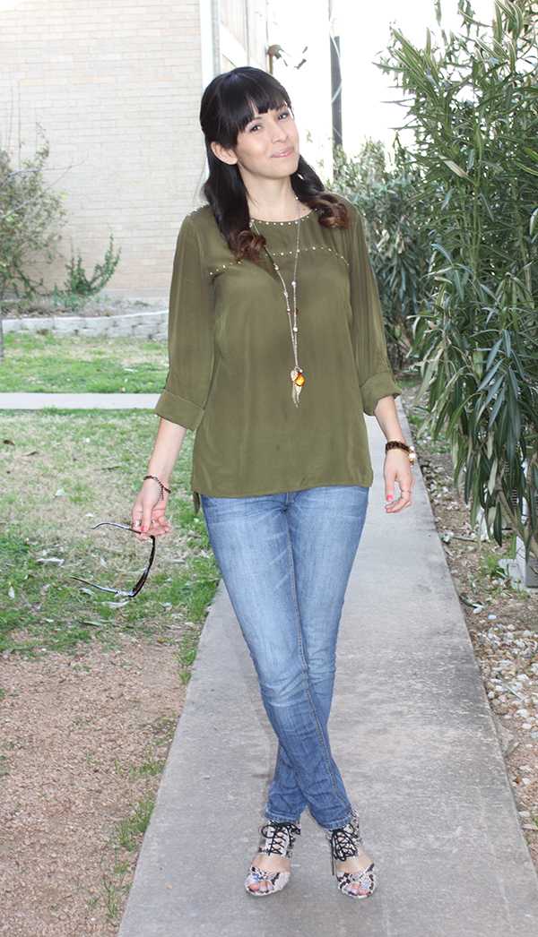 jeans-greentunic-necklace-shoemint-snake-heels